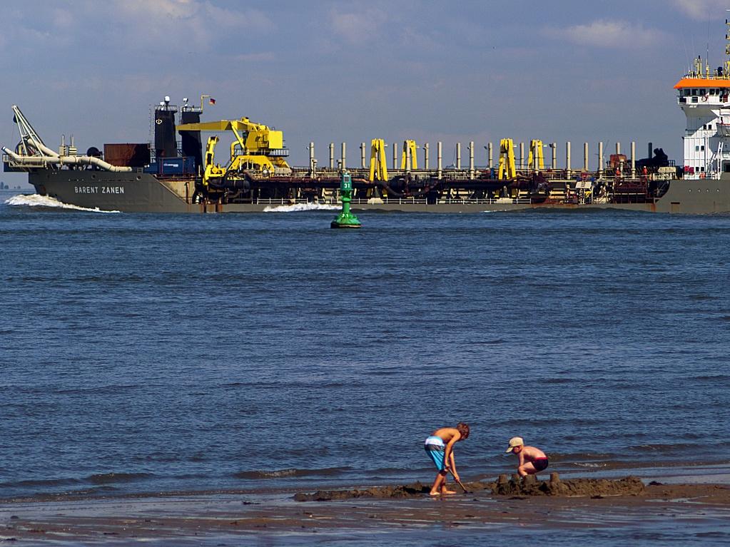 #120 Orestor f4 200mm – Buddelkinder vor Baggerschiff