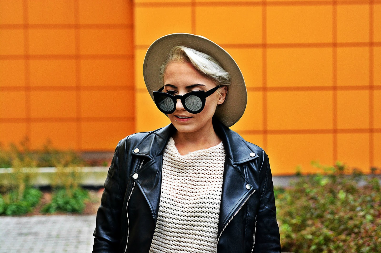 high_waist_pants_black_biker_jacket_beige_hat_2