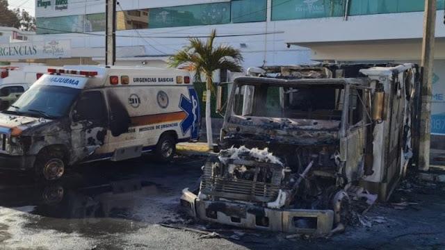 Por no pagar derecho de piso Sicarios  de El CJNG liderado por El Mencho queman ambulancias a Hospital Playamed como advertencia y cuelgan Narcomanta