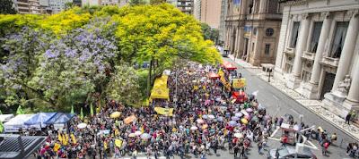 A foto mostra milhares de professores e funcionários de escola na luta por dignidade na Praça da Matriz onde está o Palácio Piratini sede do governo gaúcho.
