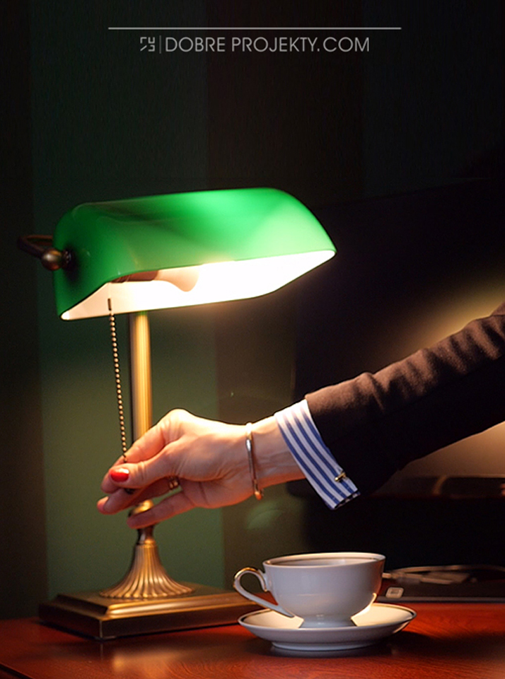 Lampka biurkowa w projekcie gabinetu w stylu myśliwskim