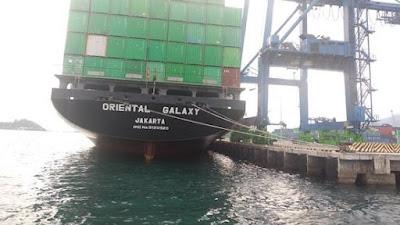 FOTO: Aktivitas Bongkar Muat di Pelabuhan Kontainer Bitung