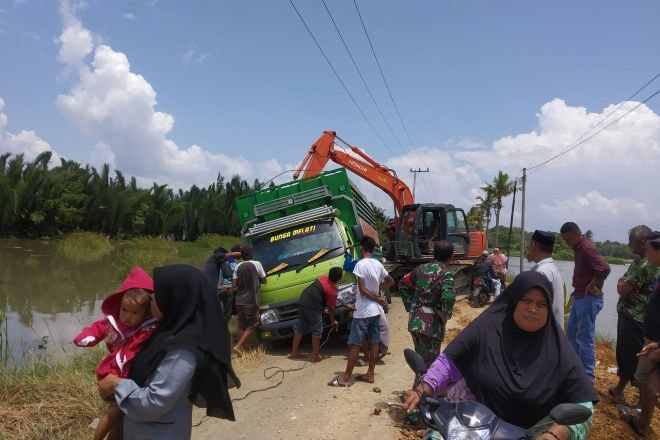 Mobil Truk di Bone Terjebak di Jalan Rusak, Nyaris Terguling ke Empang