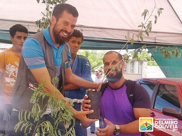 Secretaria de Meio Ambiente em Delmiro Gouveia distribui mudas de arvores durante o Governo em Ação no Distrito Sinimbu