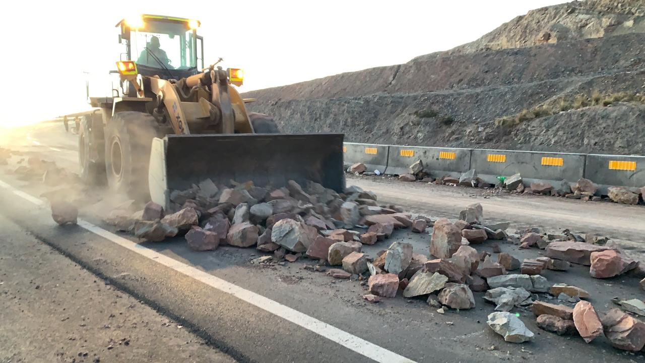 Maquinaría de la ABC remueve los escombros y rocas dejadas pro los bloqueadores durante 12 días / ABC PRENSA