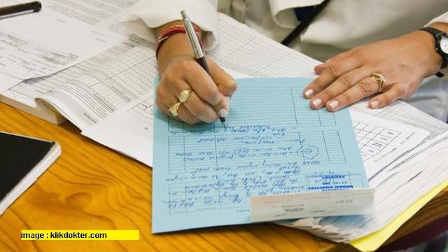Dokter Menulis Resep untuk Pasien