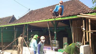 Rumah Mudadi Baru Saja Dibongkar Bagian Depan Oleh Satgas TMMD