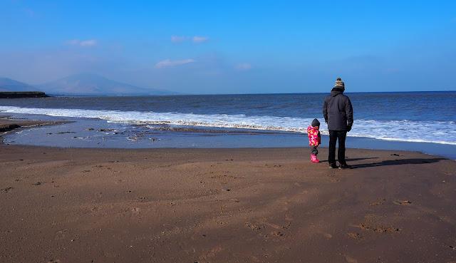 isä ja tytär rannalla, irlanti