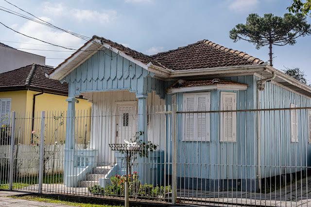 Uma bonita casa de madeira pintada de azul
