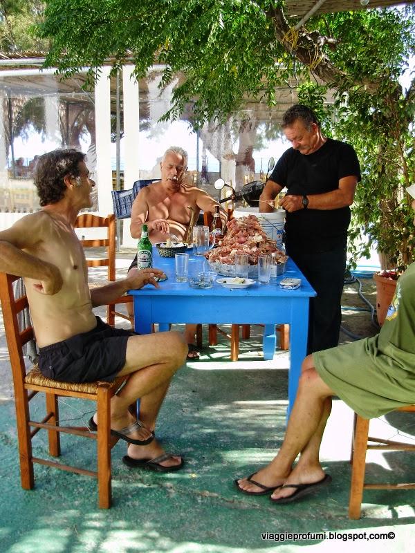 Preparazione del banchetto per la festa a Karkinagri, Ikaria