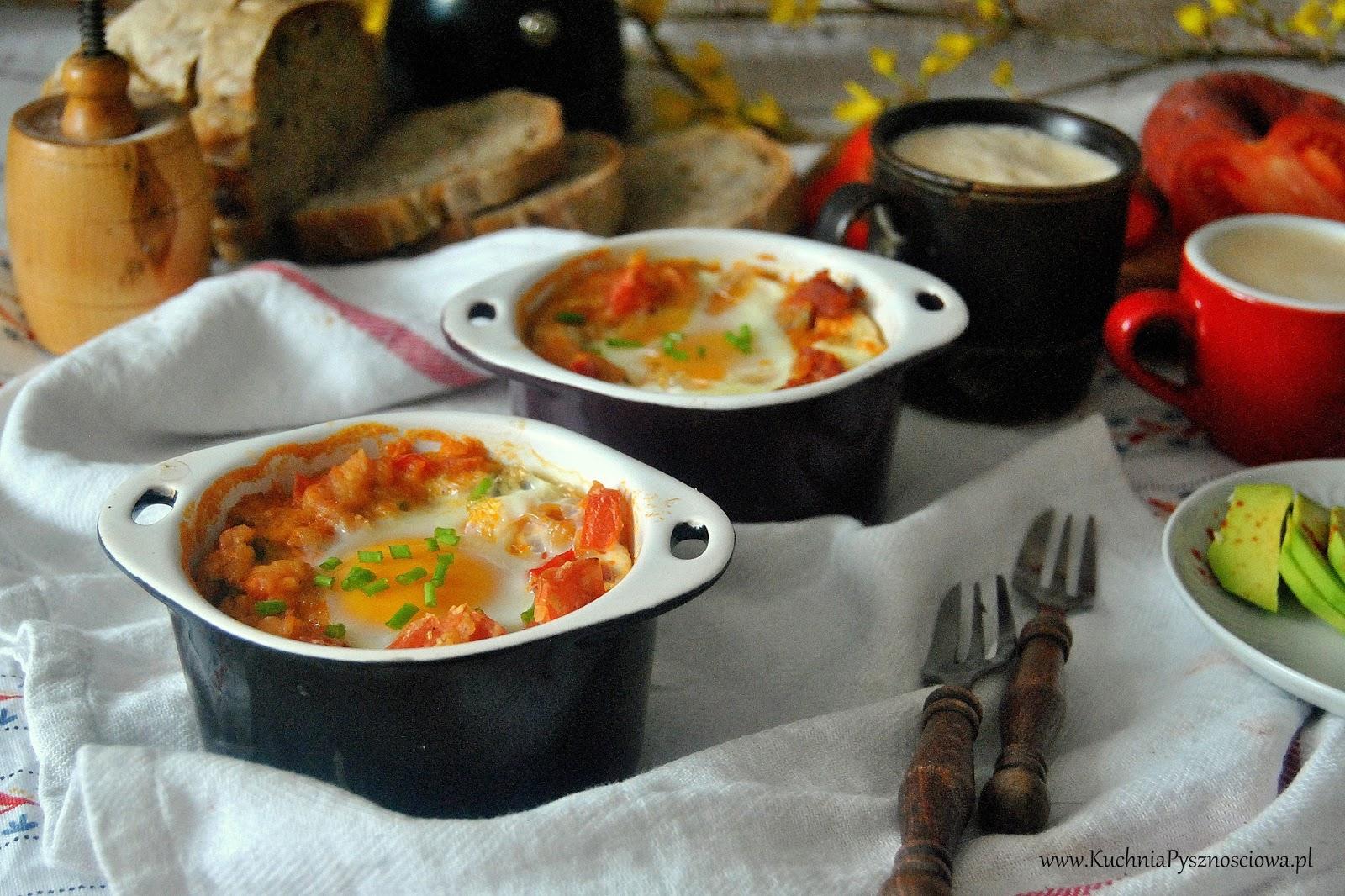 581. Jajka zapiekane z pomidorami, soczewicą i kiełbasą chorizo