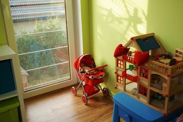 pokój zabawkowy wspólny dzieci, drewniany domek dla lalek lidl