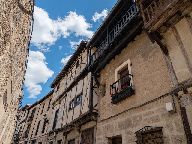 Detalle de casas medievales con fachadas de entramados de madera
