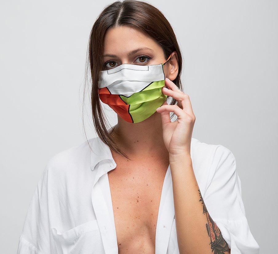 Una donna con la mascherina