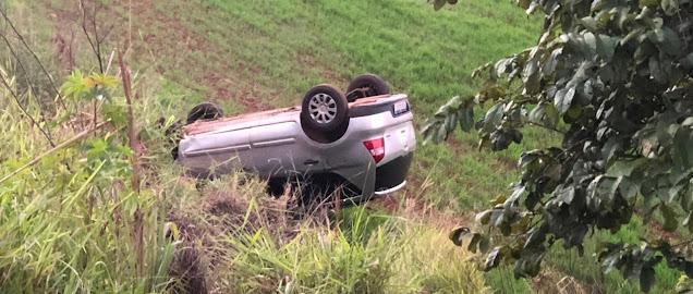 Motorista perde o controle e capota veículo na estrada entre Roncador e Iretama