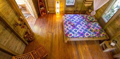 Chambre en bois avec lit double et mobilier