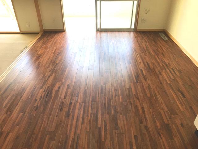 集合住宅の床にチーク無垢フローリングを施工