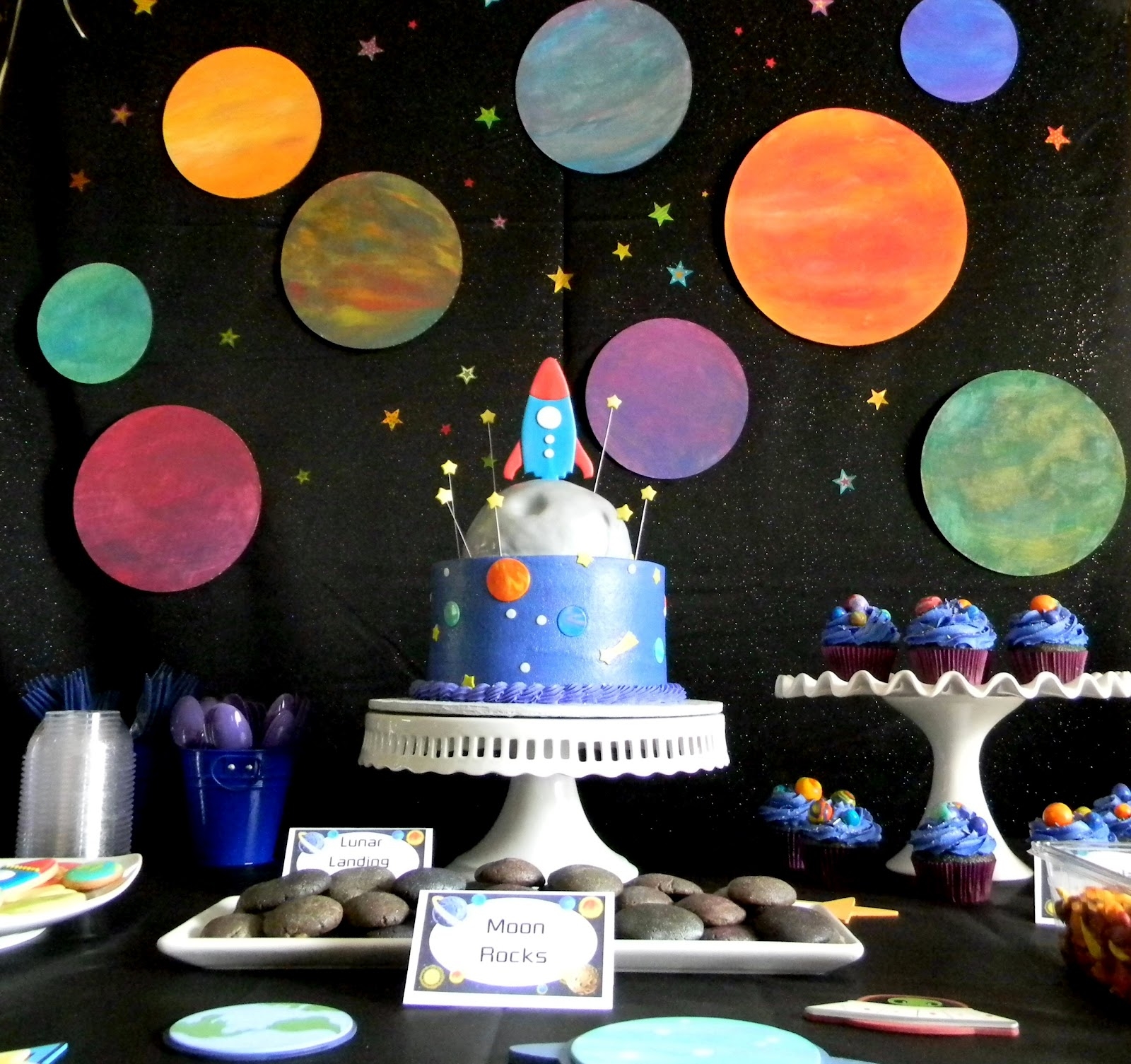 20 fabulous outer space birthday party ideas for kids for Outer space stage design