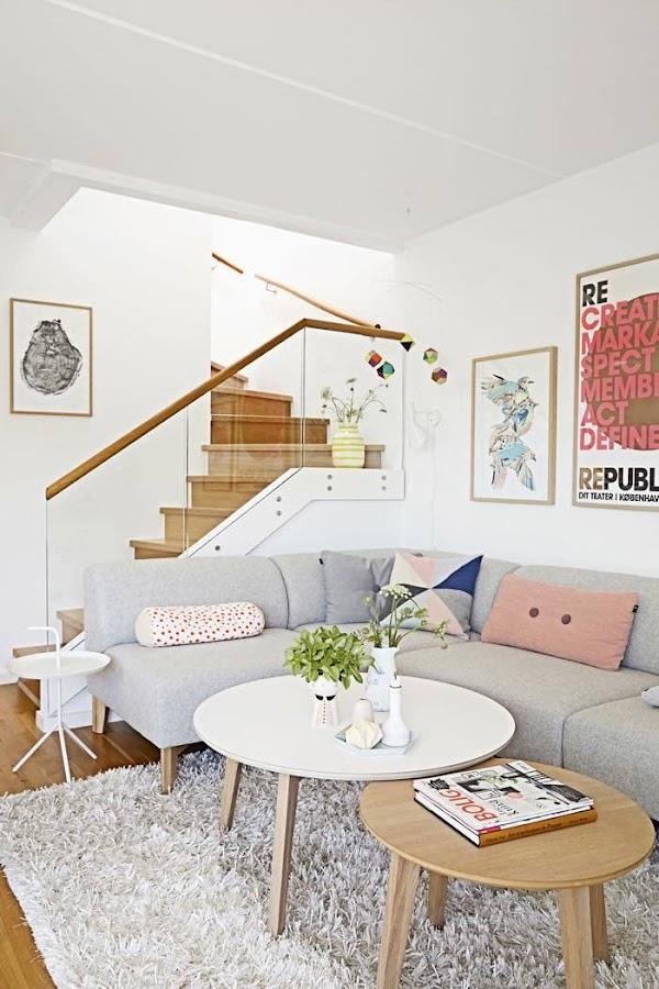 salón nórdico con sofá gris y cojines en color pastel