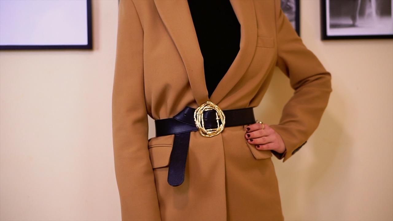 como llevar cinturon sobre chaqueta