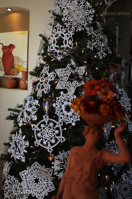 Christmas, tree, snowflakes, noel, navidad, natale, snow, paper, ornaments, 2016, Christ, angel, star, decorations, decor, deco, interior, interiores, house, home, casa, season, holiday, handmade, art, arte, lights, Christmastime, decoration, diy, weihnachten, cut-paper, medallions, handwork, Sarah, Myers, photography, sculpture, painting, pottery, terracotta