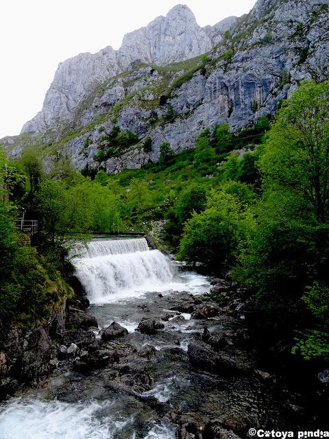 Cascada sobre el río Dobra en Picos de Europa.