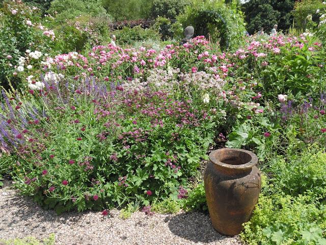 ogród różano-bylinowy, ceramika w ogrodzie