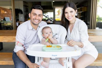 Mano Walter e esposa divulgam ensaio da primeira papinha do filho José, que completou 6 meses