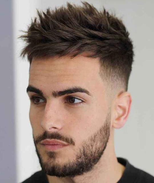 Potongan rambut pria yang pendek dan ditata secara vertikal