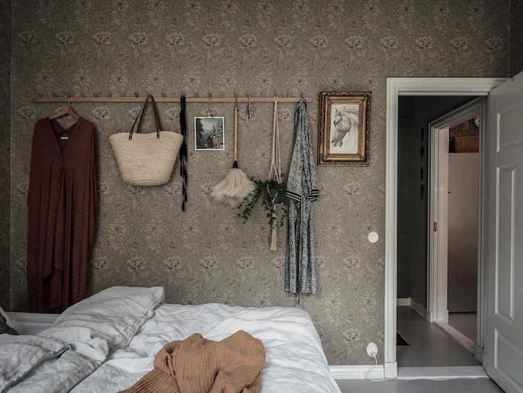 Papel pintado floral clásico en un dormitorio