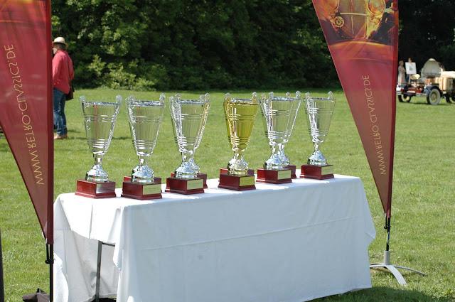 Pokale warten auf die Gewinner des 1. Fashion Awards auf Schloss Merode.