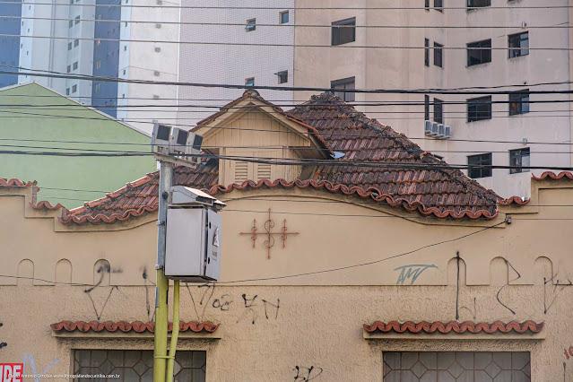 Uma casa na Guarda Mor Lustosa - detalhe da platibanda e ornamento de ferro