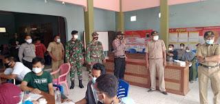 Babinsa Bhabinkamtibmas Dampingi Warga vaksinasi di Balai Desa Teluk Wetan Jepara