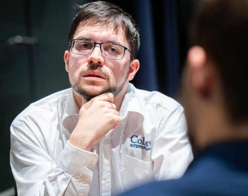 À égalité 14 à 14 après 8 parties (2 classiques, 2 rapides et 4 Blitz), Maxime Vachier-Lagrave remporte le départage 1,5 à 0,5 contre le champion du monde d'échecs Magnus Carlsen - Photo © Lennart Ootes