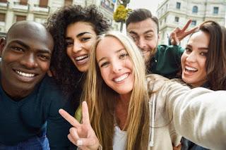 amigos em viagem tirando selfie intercâmbio