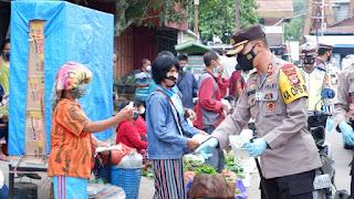 Aksi Bagi Bagi Masker Polres Tana Toraja, Jadikan Pasar Makale Bermasker
