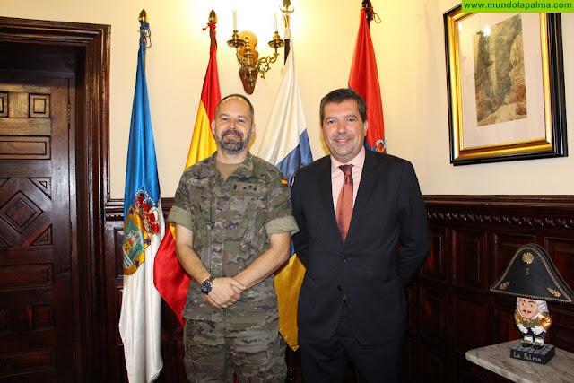El alcalde de Santa Cruz de La Palma recibe a los militares de 'El Fuerte'