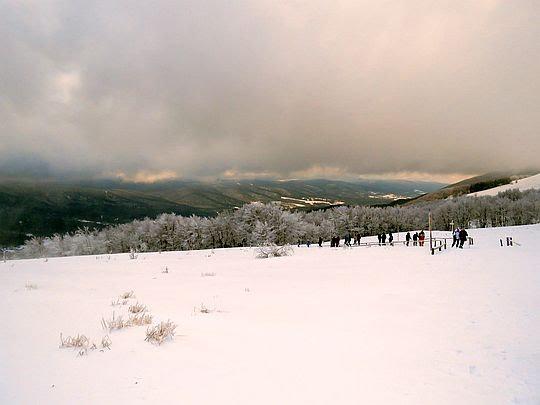 Widok z podejścia w stronę doliny Wetlinki i Wetliny