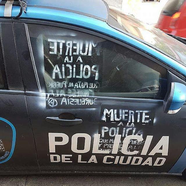 Militantes de partidos de izquierda atacaron a efectivos de la Policía afuera del Congreso