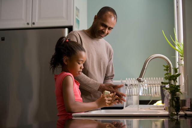 Pai e filha lavam as mãos