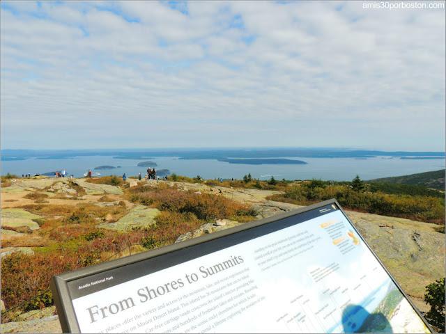 Cartel Informativo en la Cima del Monte Cadillac del Parque Nacional Acadia en Maine