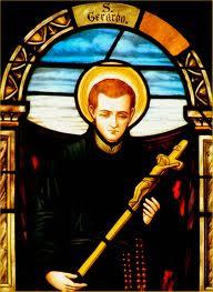 Vitral policromado del joven santo con un Crucifijo en las manos
