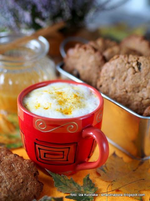 kawa zbozowa, inka, kubek kawy, dodatek do kawy, deser, desery jesienne, kawa z przyprawami, kurkuma, ciastka orkiszowe, ciasteczka pelnoziarniste