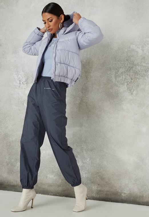 Jacheta scurta albastra cu gluga si aspect matlasat