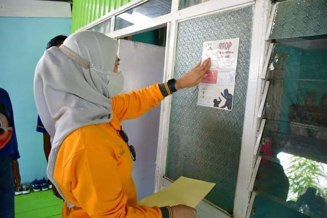 Kampanye Stop Kekerasan Wanita dan Anak, Andi Nurhilda Tempel Stiker Dirumah Warga