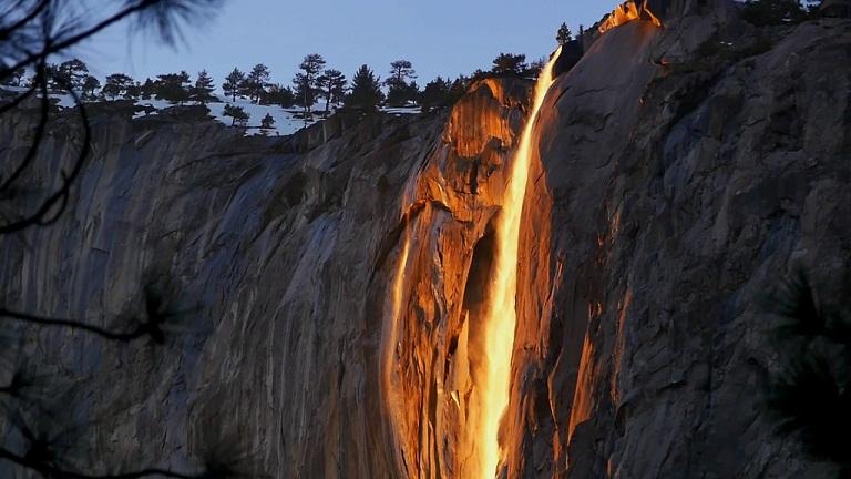 Horsetail, Air Terjun yang Menyala Seperti Api