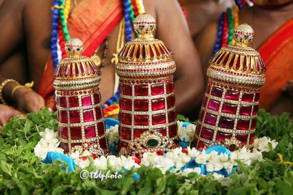 శ్రీ కోదండరామాలయానికి కానుకగా రూ.5 లక్షలు విలువైన మూడు కిరీటాలు