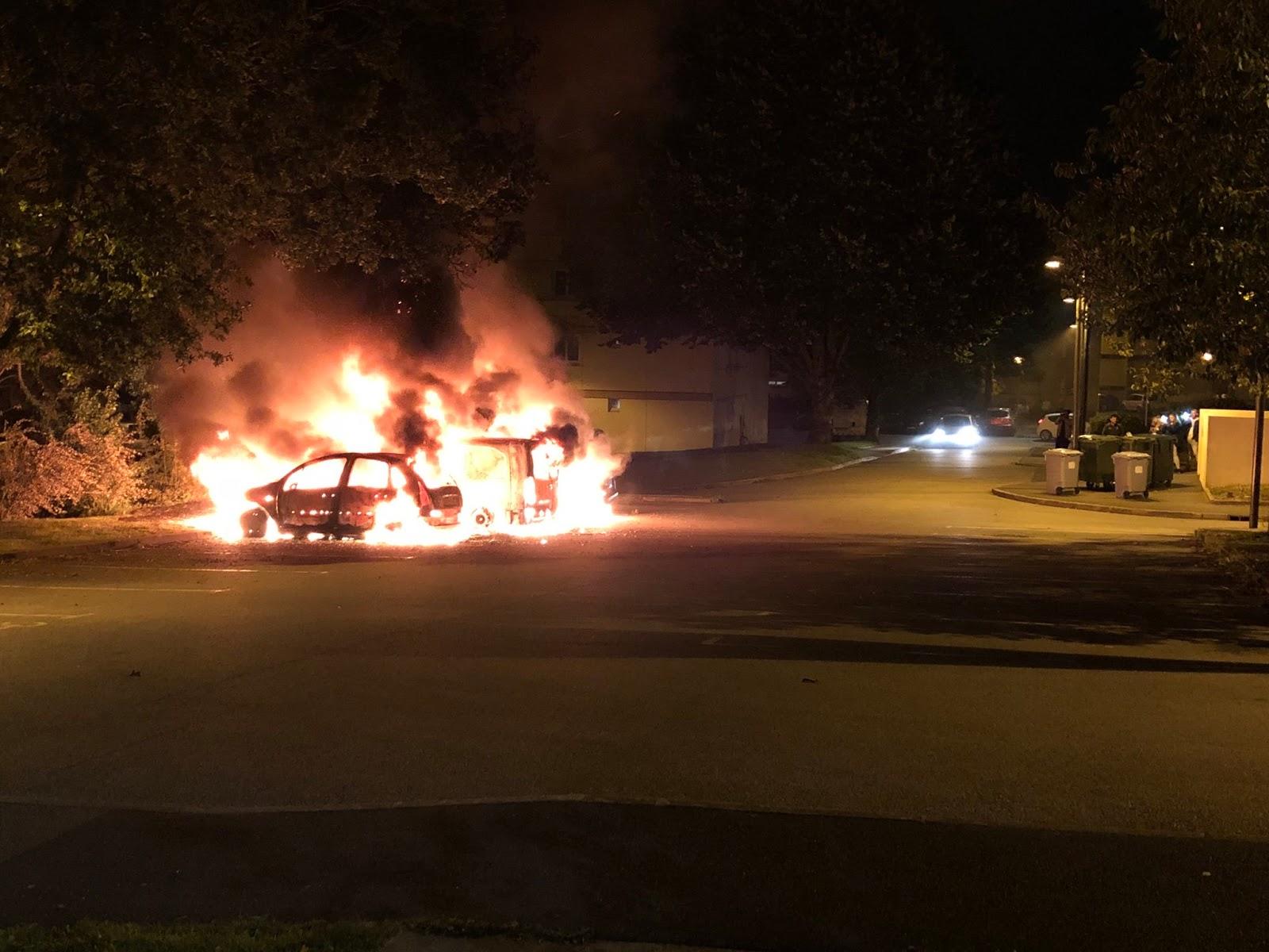 Protestējot pret aizturēšanu Francijā nodedzina 14 automšīnas