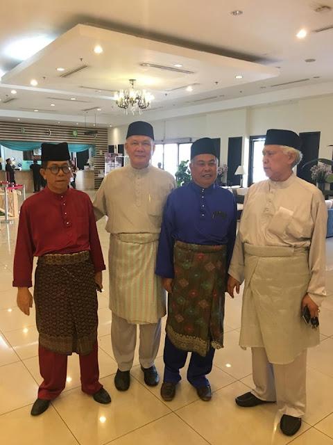 Hadir meraikan majlis perkahwinan anak Haji Che Suhaimin bin Mohamad dan Hajjah Muhazita Alias di Dewan Permata Hotel Permai