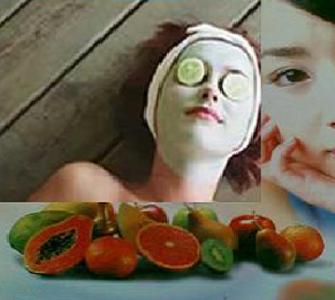 Gambar wanita menalkukan facial wajah dengan bahan-bahan alami
